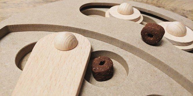 Intelligenzspielzeug aus Holz für Hunde