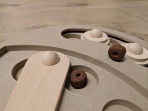 Holzspielzeug mit Dreh- und Schiebemechanismus